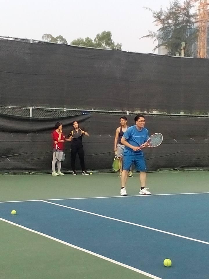 Nam thanh nữ tú tập tennis